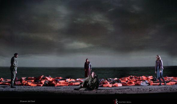 Sobre una montaña de chalecos salvavidas abandonados en la playa los cuatro personajes principales de este drama. Foto: Javier del Real.