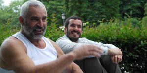El escritor Hasier Larretxea con su padre en primer plano.