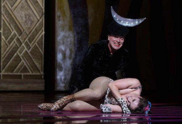Júpiter (el bajo Wolfgang Luca Tittoto) se traviste en su propia hija, la diosa Diana, para seducir a Calisto, (la soprano Louise Alder). Foto: Javier del Real.