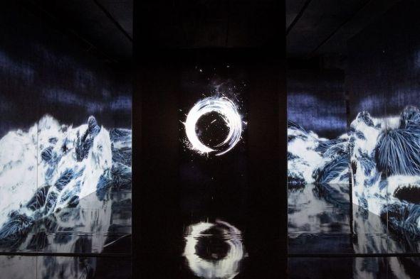 teamLab, Enso - Cold Light, 2018. Instalación digital, loop continuo. © teamLab, cortesía de Pace Gallery.