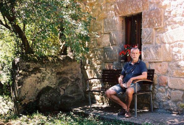El periodista y escritor Rafa Ruiz en su casa de Quintanaentello en Burgos, pueblito en el que están ambientadas las aventuras de Toletis. Foto: Diego Lara.