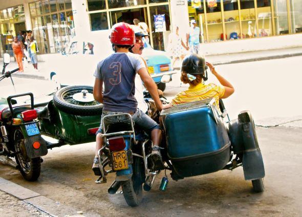 Las motos con sidecar son otro de los medios de transportes preferidos en la isla. Foto: Ana Esteban.