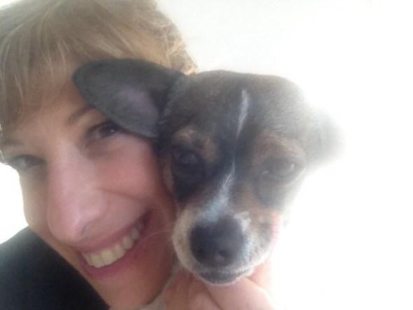 Nathalie Seseña, su sonrisa y uno de sus compañeros caninos.