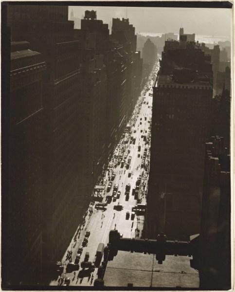La séptima avenida mirando hacia el sur desde la calle 35. Manhattan. Nueva York. Foto: Abbott, Berenice. 1935.
