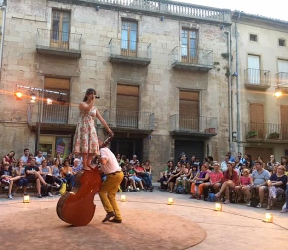 Dos actores y un contrabajo recrean Amigoo en la Plaza dels Àlbers. Foto: S. M.