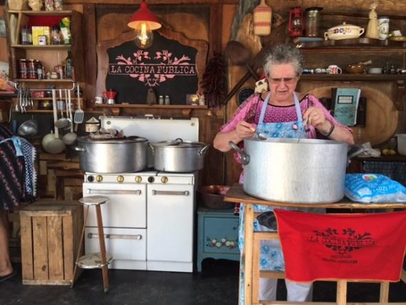 Dolors, una vecina de Tàrrega, prepara su receta de cassola de tros en La Cocina Pública.