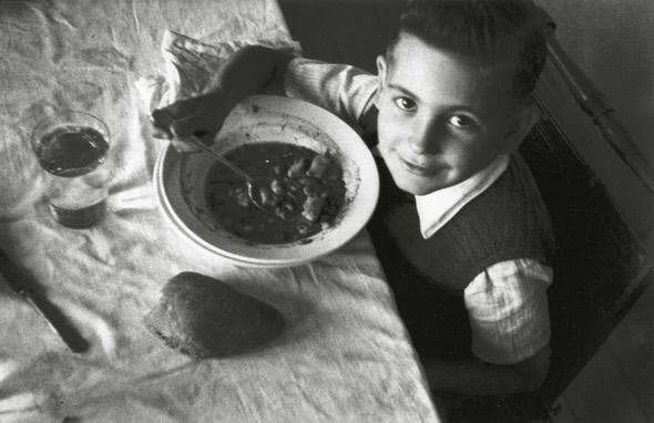 a hora de la comida en casa de Valentin vega (Gijón, 1943). Copyright Museo del Pueblo de Asturias
