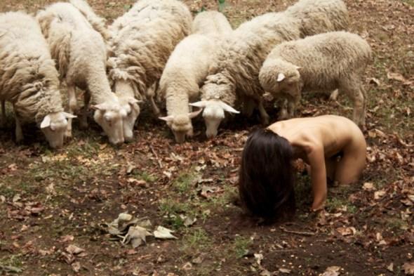 La acción 'La oveja negra' de la performer Regina José Galindo. Foto: Claudio Bettio.
