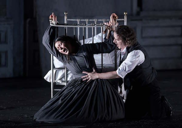 La soprano estadounidense Lisette Oropesa, en el papel de Lucia, y el baritono Artur Rucinski, como su hermano, en la producción del Teatro Real. Foto: Javier del Real.
