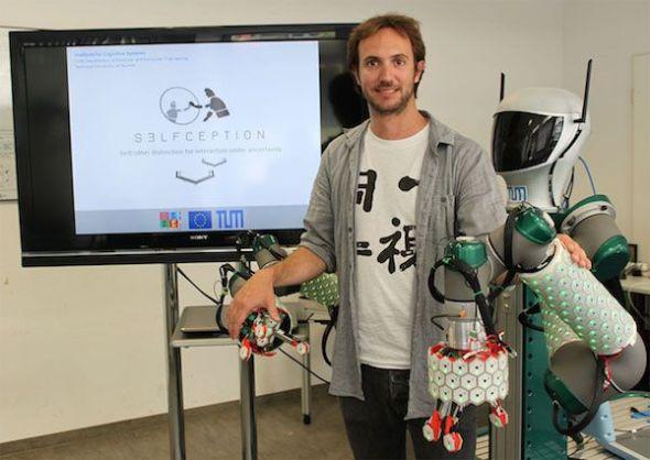 El joven investigador español Pablo Lanillos estudia, con una beca Madame Curie, las relaciones entre la inteligencia artificial y el cuerpo humano.