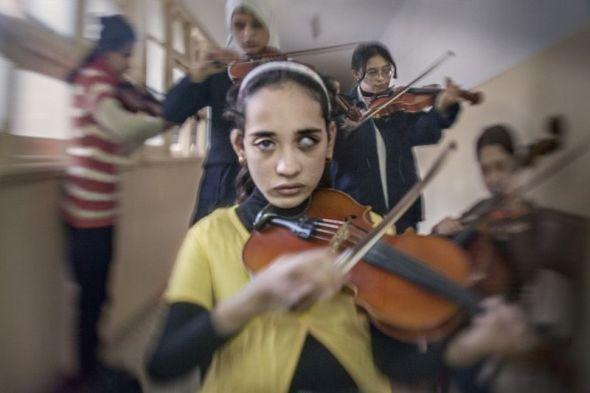 Una integrante de la Orquesta Sinfónica para Mujeres Ciegas de El Cairo. Foto: Fernando Moleres.