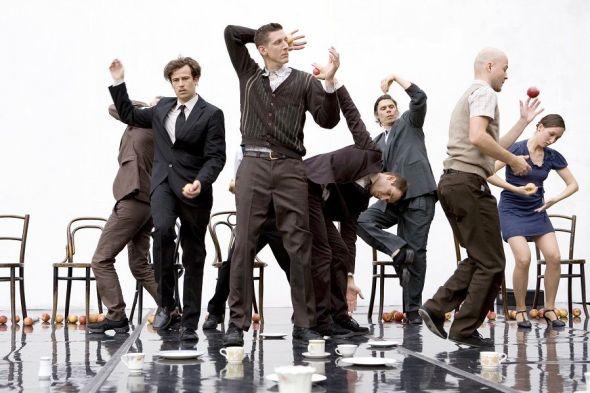 a compañía británica Gandini Juggling y su propuesta de teatro, danza y circo titulado 'Smashed'