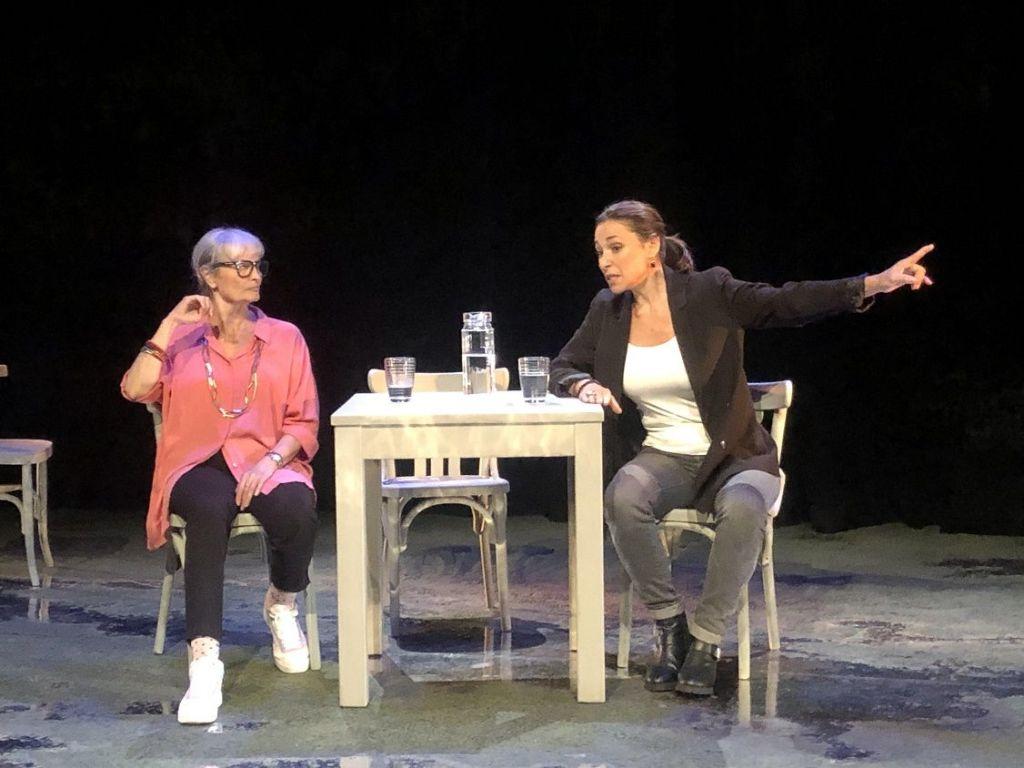 las actrices Amparo Pamplona, en el papel de Maruja Torres, e Isabel Serrano como Mónica García Prieto.