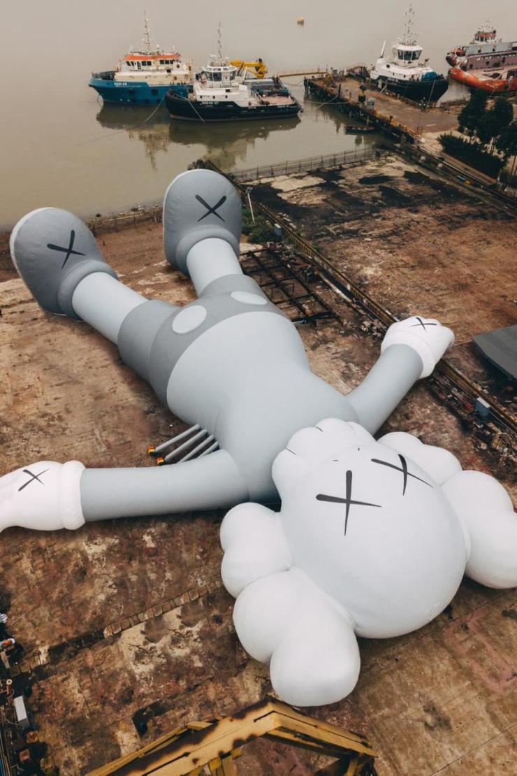 Escultura gigante de KAWS en el puerto Victoria de Hong Kong. Art Basel marzo 2019 elasticamagazine