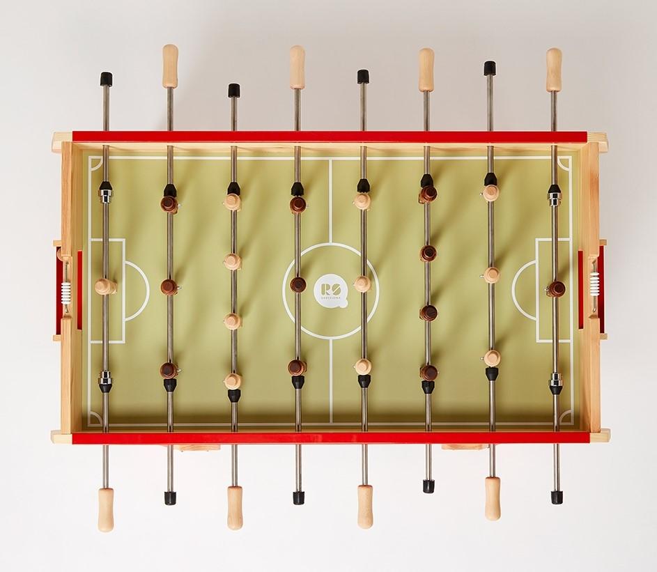 Futbolín de diseño para niños color rojo. De madera. RS Basrcelona. elastica magazine
