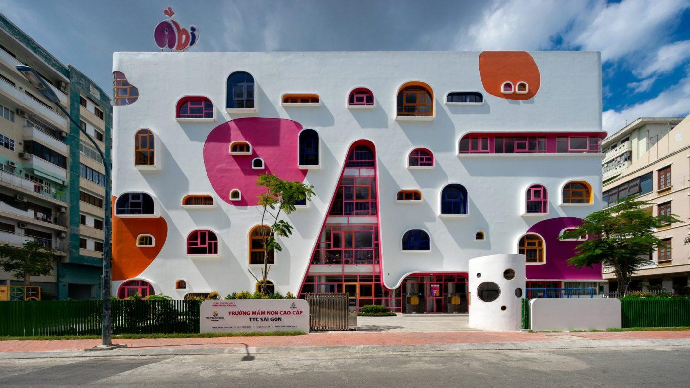 Edificio guardería en Vietnam con ventanas de colores