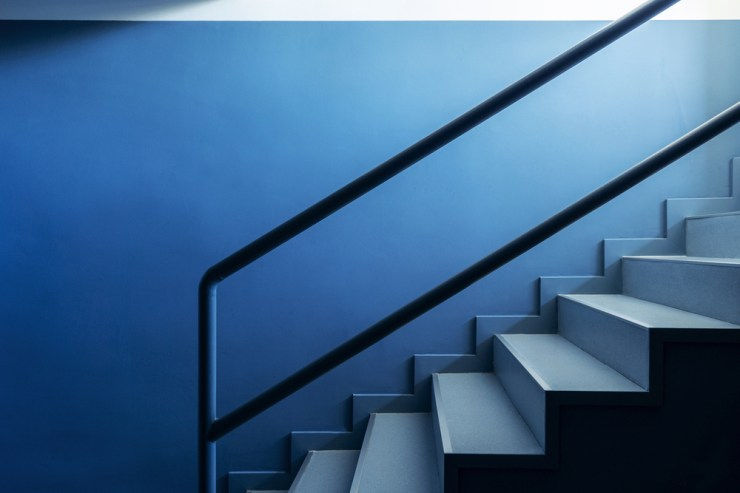Escaleras azules Hubbub Family Fit Club.