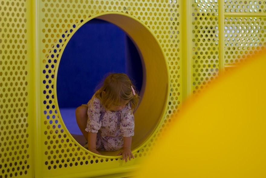 Niña jugando en toboganes tienda SuperMoments Valencia