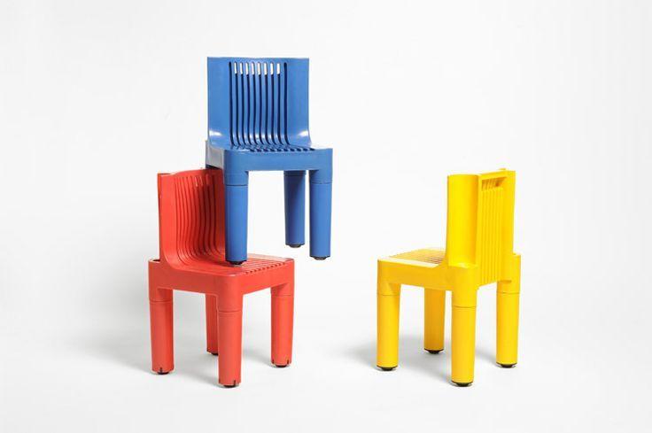 Silla de plástico roja, azul y amarilla para niños. K1340. Marco Zanuso y Richard Sappe