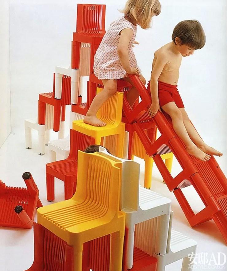 Silla de plástico roja para niños. K1340. Marco Zanuso y Richard Sappe. Niños jugando