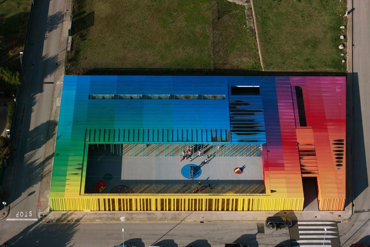 Guarderia El Petit Comte llar d'infants. RCR Arquitectes. Vista aérea arco iris