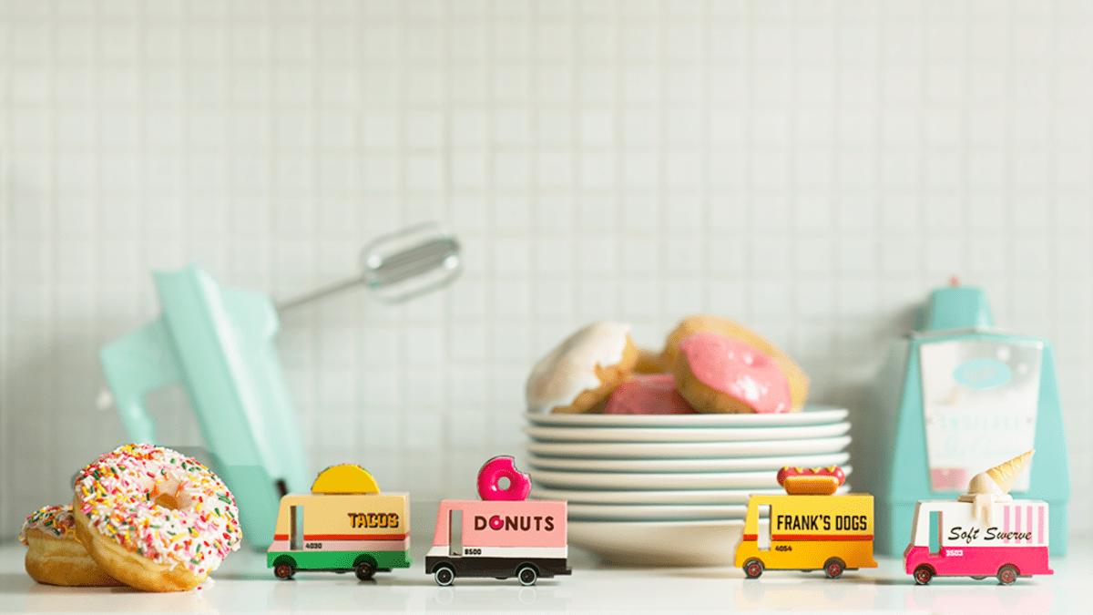 Candylab Toys coches de juguete de madera de estilo mid-century americanos. Furgoneta donuts, tacos, helados y hot dogs