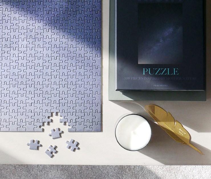 Puzzle complicado de un solo color