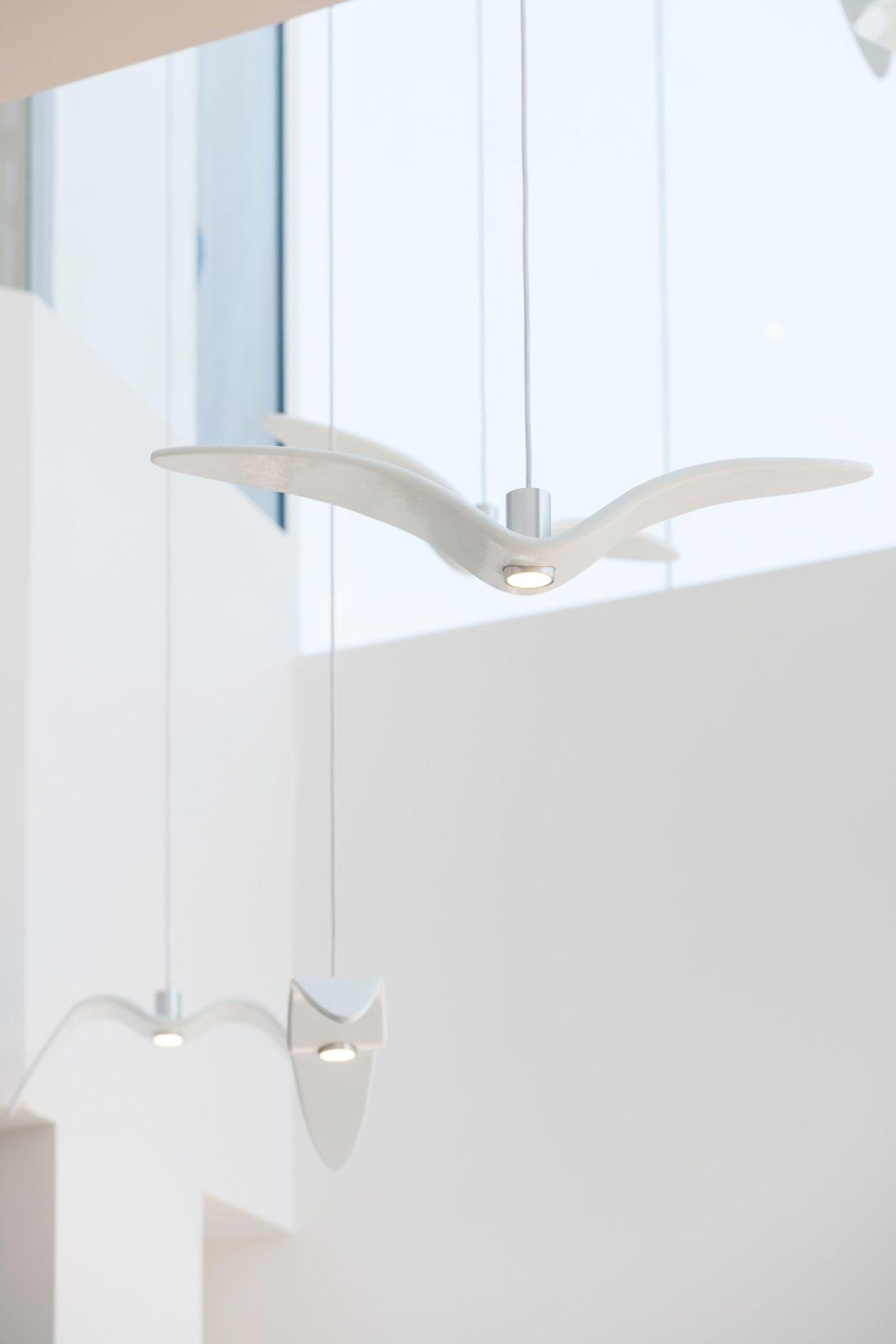 Restaurante para niños White and The bear. Dubai. Interiorismo minimalista. Lámparas con forma de pájaro