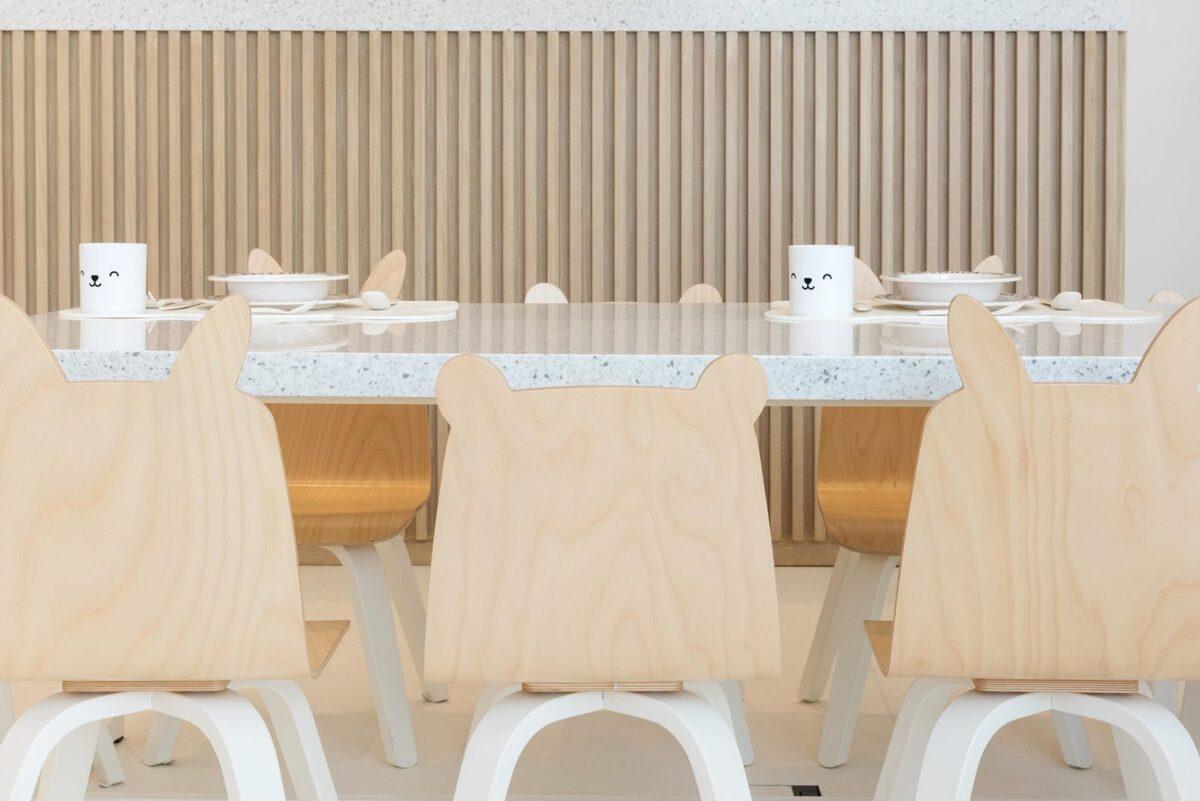 Restaurante para niños White and The bear. Dubai. Interiorismo minimalista. Sillas Ositos y conejitos de madera