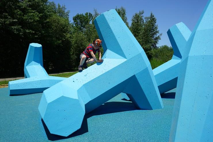 original parque infantil hecho con piezas de rompeolas