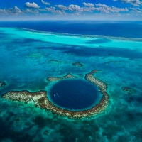 Mergulho no Great Blue Hole, em Belize.