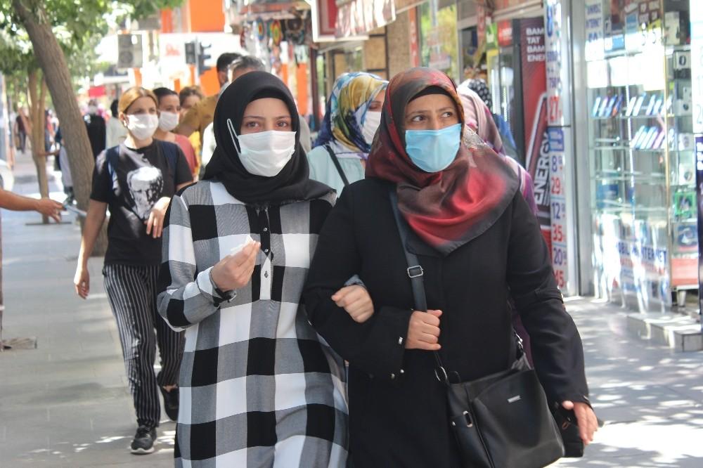 Kovid-19 artınca, Elazığ'da herkes maske takmaya başladı