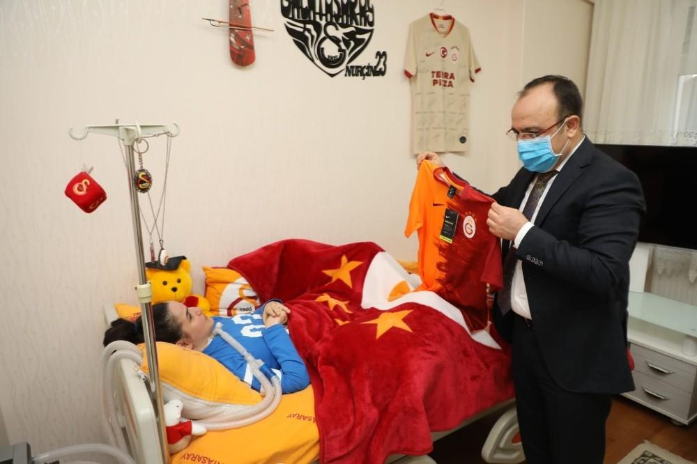 Vali Yırık, kas hastası Nurçin'e forma hediye etti