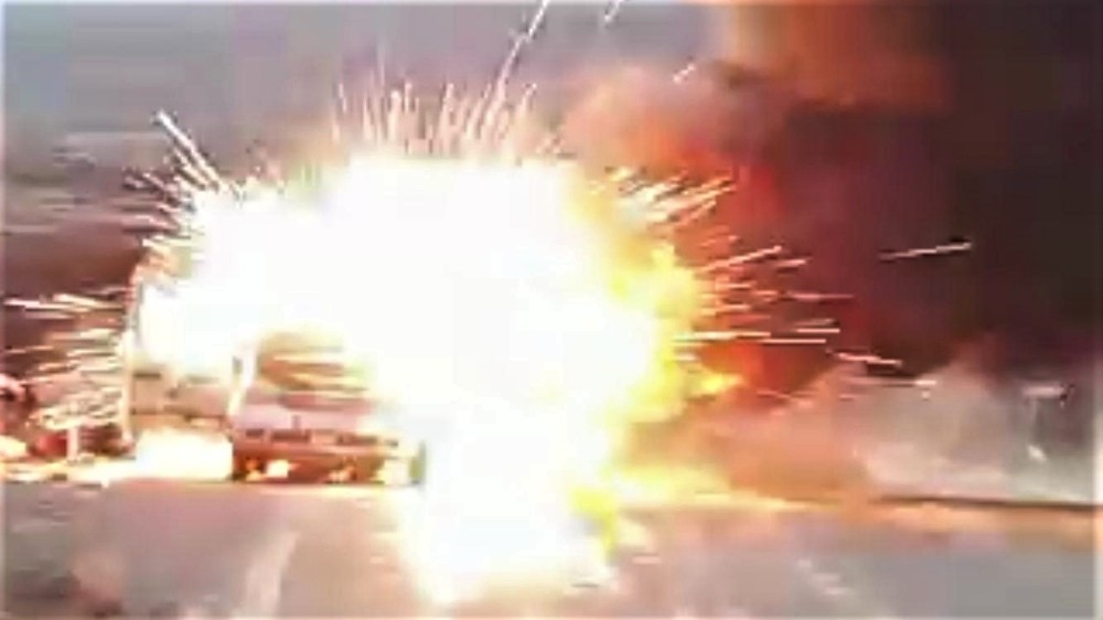Elazığ'da otomobil alev alev yandı, patlama sesleri korkuttu