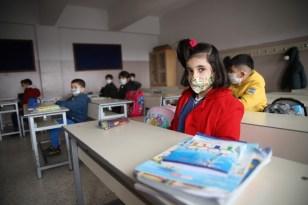 Orta riskli Elazığ'da yüz yüze eğitim başladı, öğrenciler ders başı yaptı
