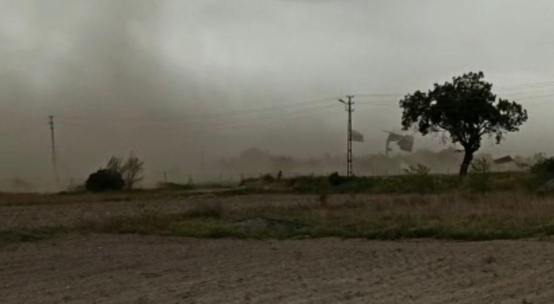 Fırtına toz bulutları oluşturdu, binaların çatı ve dış yalıtımını söktü