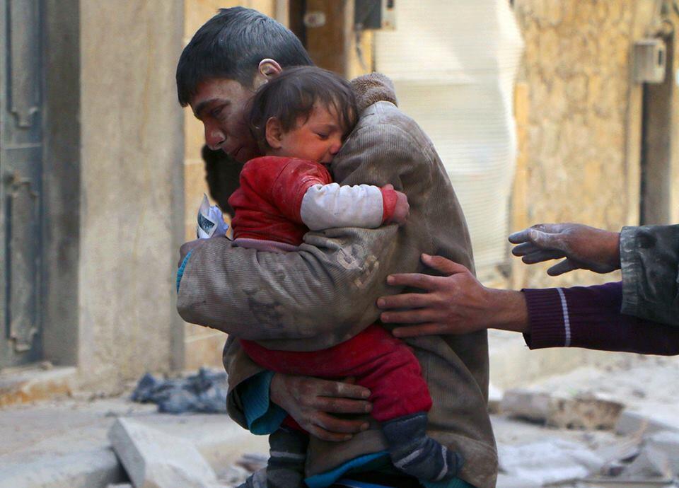 niño rescata hermana en siria