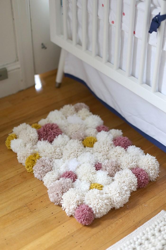 10 diy y manualidades para niños fáciles- una alfombra de pompones - El blog de Laucreativa