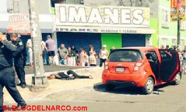 Ejecutan de carro a carro a una mujer y a un hombre en la Ciudad de México