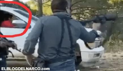 Sicario del Cártel de Sinaloa dispara al aire mientras niño lo observa (VÍDEO)