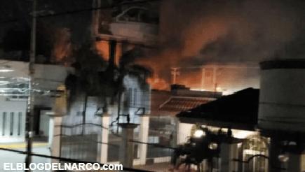 Un grupo de sicarios ejecutan a 2 e incendian taquerías y 4 autos (VÍDEO)