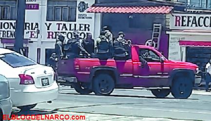 Desfila caravana de hombres armados en calles de Pátzcuaro, Michoacán