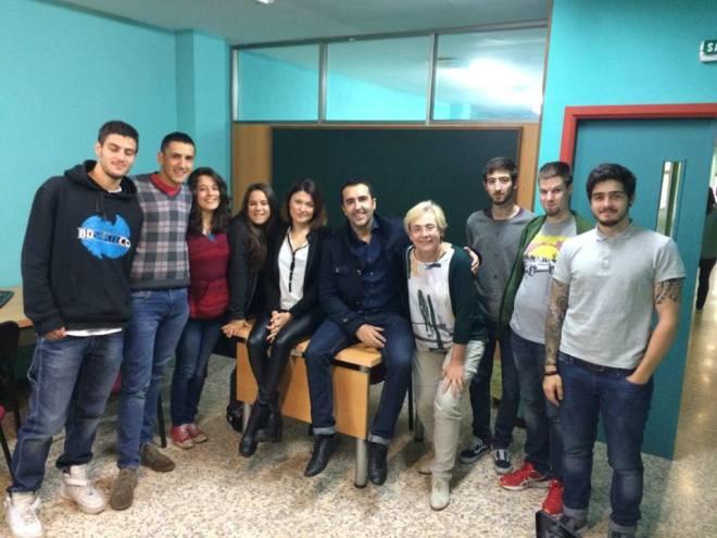 El profesor de radio, Jose Manuel García, tomó esta foto en la que aparezco acompañado de la directora de la escuela, Carmen Rábade; la productora y amiga Belén Xestal, y un grupo de alumnos.