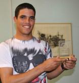 Con el trofeo por resultar en MVP como pitcher relevista en el torneo en la cita puertorriqueña de la Serie del Caribe