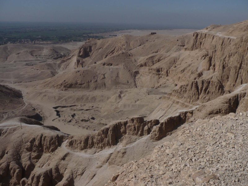En la montaña tebana tenemos muchas tumbas.Seguramente se encuentren aún muchas por descubrir