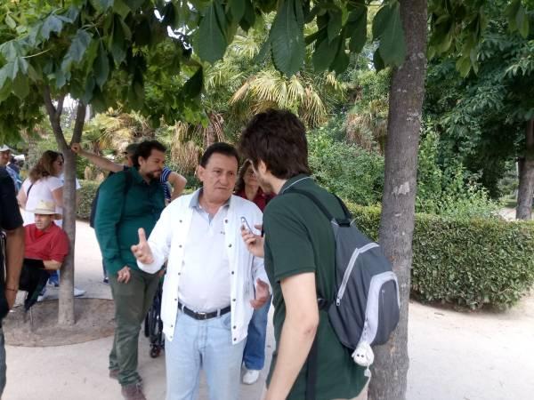 Javier Fernández entrevistando a pie de campo