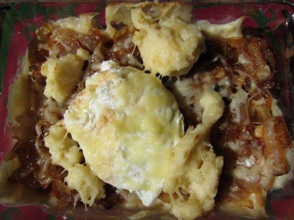 Huevos gratinados con cebollas caramelizadas y bechamel