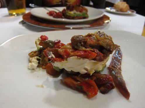 Ensalada de pimientos con aguacate y queso de cabra de Montefrío.