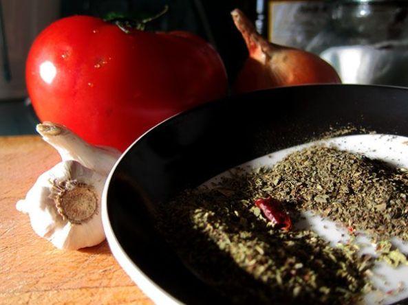 Ajo, tomate, cebolla, guindilla, albahaca y oregano