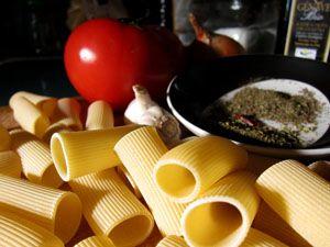 Rigatoni, ajo, cebolla, tomate, guindilla y aromáticas.